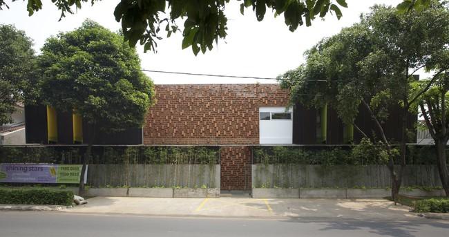 Giữa một khu vực dân cư đông đúc, vẫn có ngôi trường mầm non thoáng rộng và đầy cỏ xanh - Ảnh 6.