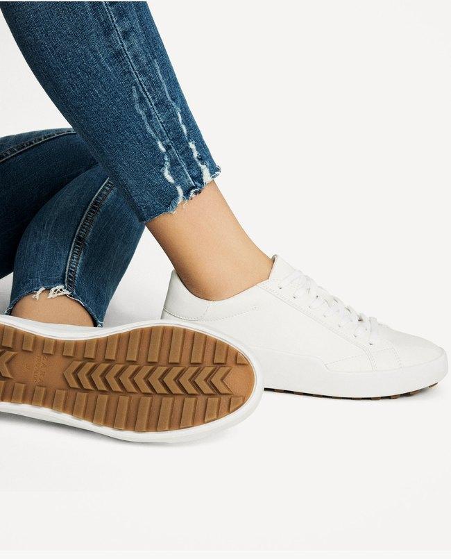 Loạt thương hiệu bình dân đã tung ra nhiều mẫu giày thể thao trắng cho các nàng tha hồ lựa chọn - Ảnh 1.