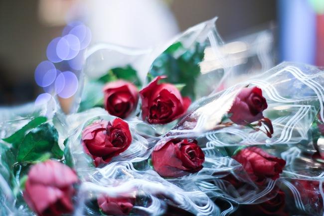 Bất ngờ được người lạ tặng hoa ngày 8/3, đây là phản ứng của những phụ nữ nhặt ve chai đang dở tay mưu sinh - Ảnh 3.