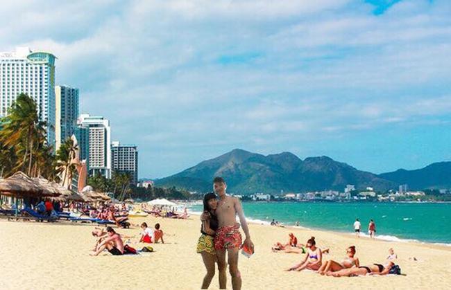 Cặp đôi quần đùi dưa hấu nhờ chỉnh ảnh đang đứng ở biển, và cái kết... - Ảnh 4.