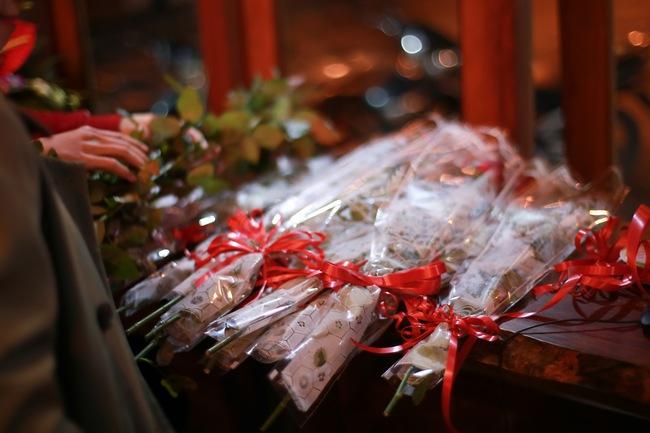 Bất ngờ được người lạ tặng hoa ngày 8/3, đây là phản ứng của những phụ nữ nhặt ve chai đang dở tay mưu sinh - Ảnh 4.