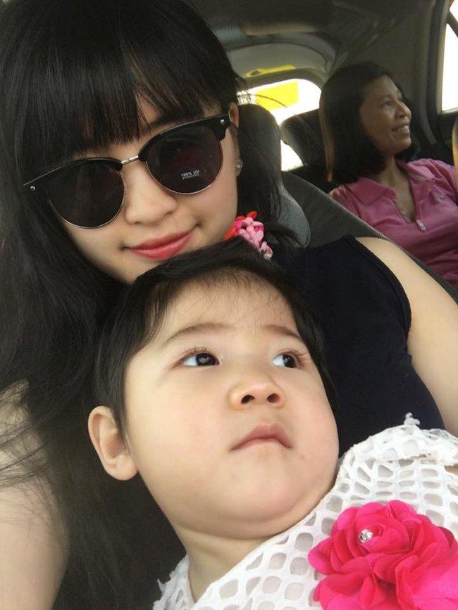Sau gần 1 năm có mẹ nuôi, em bé Lào Cai đã tăng 10kg, bụ bẫm đáng yêu như thế này đây - Ảnh 7.