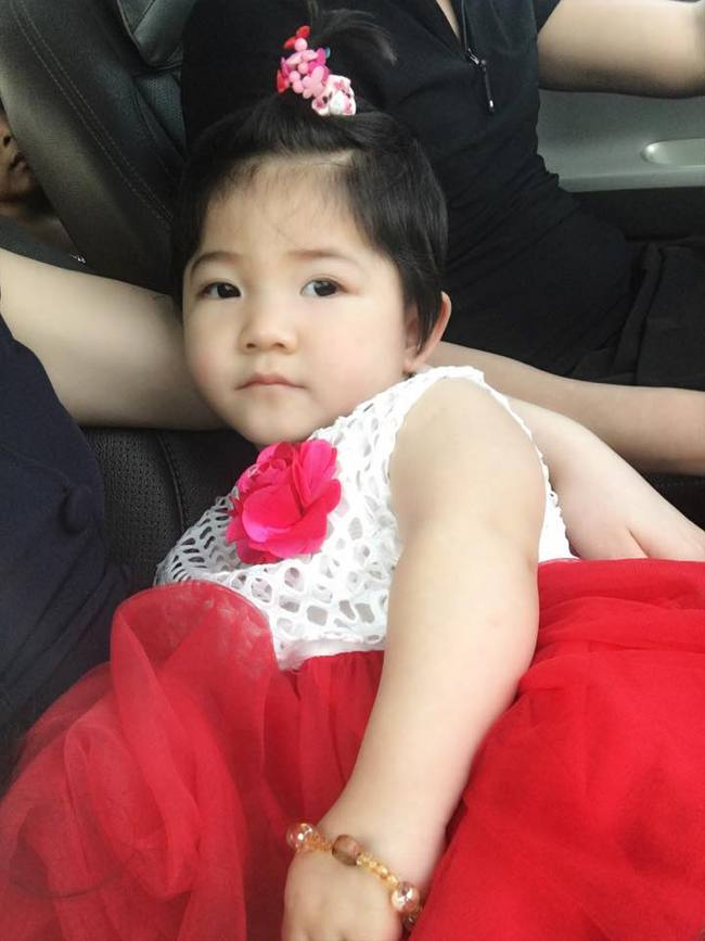 Sau gần 1 năm có mẹ nuôi, em bé Lào Cai đã tăng 10kg, bụ bẫm đáng yêu như thế này đây - Ảnh 10.