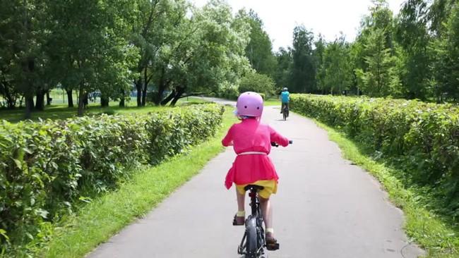 """""""Cho con đạp xe thêm 5 phút thôi"""" và phản ứng đầy lạ lùng của ông bố - Ảnh 1."""