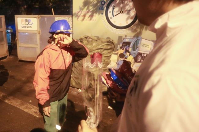 Bất ngờ được người lạ tặng hoa ngày 8/3, đây là phản ứng của những phụ nữ nhặt ve chai đang dở tay mưu sinh - Ảnh 12.