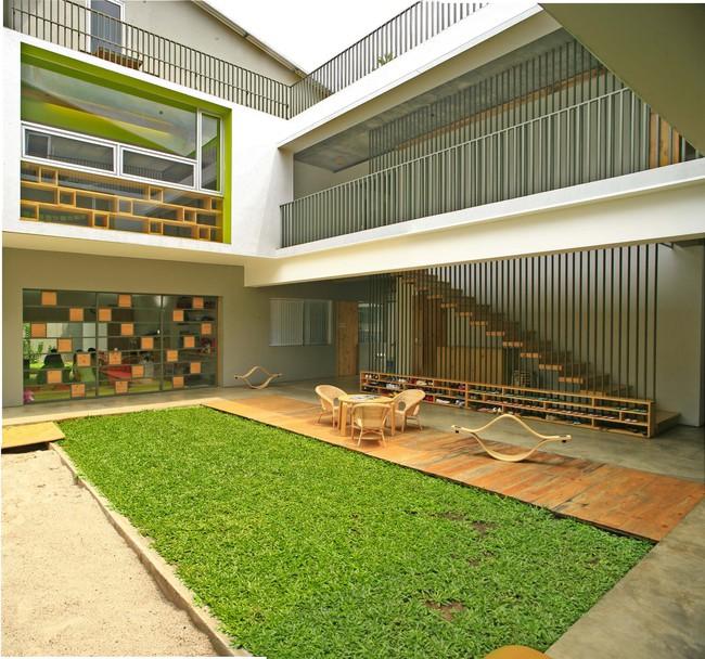 Giữa một khu vực dân cư đông đúc, vẫn có ngôi trường mầm non thoáng rộng và đầy cỏ xanh - Ảnh 2.