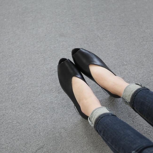 Đâu cần phải quá cầu kỳ hay sang chảnh, giày V-line đơn giản lại là thiết kế khiến nàng công sở không thể làm ngơ - Ảnh 6.
