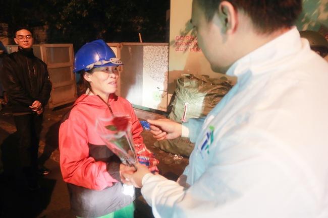 Bất ngờ được người lạ tặng hoa ngày 8/3, đây là phản ứng của những phụ nữ nhặt ve chai đang dở tay mưu sinh - Ảnh 13.