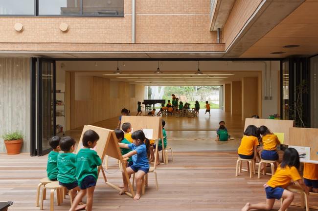 Có một trường mẫu giáo đầy ánh sáng, ngay cả lúc ăn trẻ cũng được đón gió trời - Ảnh 10.