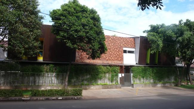 Giữa một khu vực dân cư đông đúc, vẫn có ngôi trường mầm non thoáng rộng và đầy cỏ xanh - Ảnh 5.
