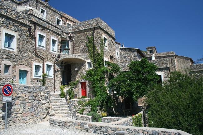 Khám phá ngôi làng toàn nhà xây bằng đá cổ nhưng bên trong vô cùng hiện đại - Ảnh 8.
