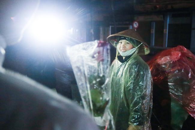 Bất ngờ được người lạ tặng hoa ngày 8/3, đây là phản ứng của những phụ nữ nhặt ve chai đang dở tay mưu sinh - Ảnh 14.