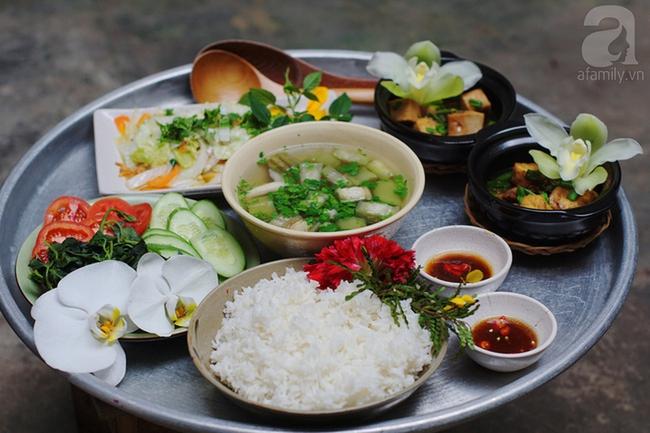 Giữa Sài Gòn xô bồ, vẫn có một nơi bạn có thể tĩnh tâm với đồ ăn thức uống đơm hoa - Ảnh 2.