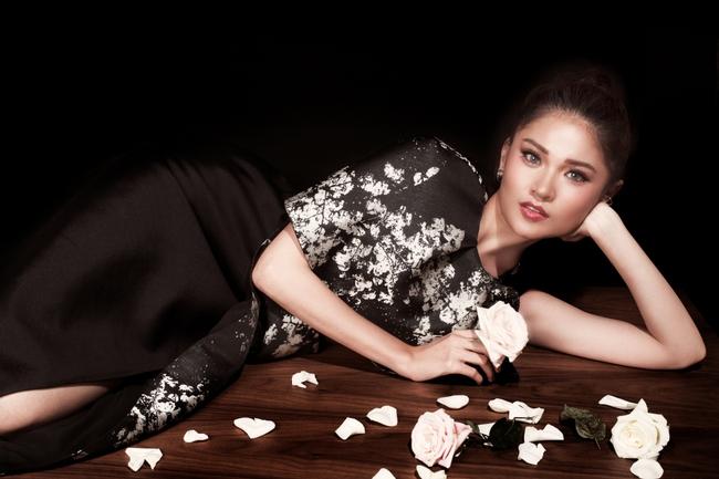 Á hậu Thùy Dung khoe vẻ đẹp bí ẩn bên hoa hồng trắng - Ảnh 7.
