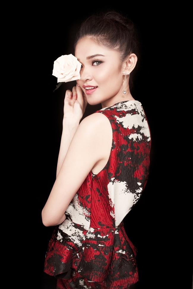 Á hậu Thùy Dung khoe vẻ đẹp bí ẩn bên hoa hồng trắng - Ảnh 3.