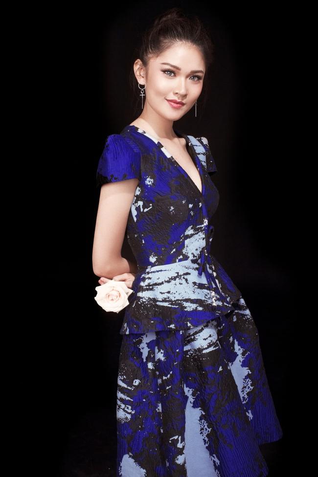 Á hậu Thùy Dung khoe vẻ đẹp bí ẩn bên hoa hồng trắng - Ảnh 4.