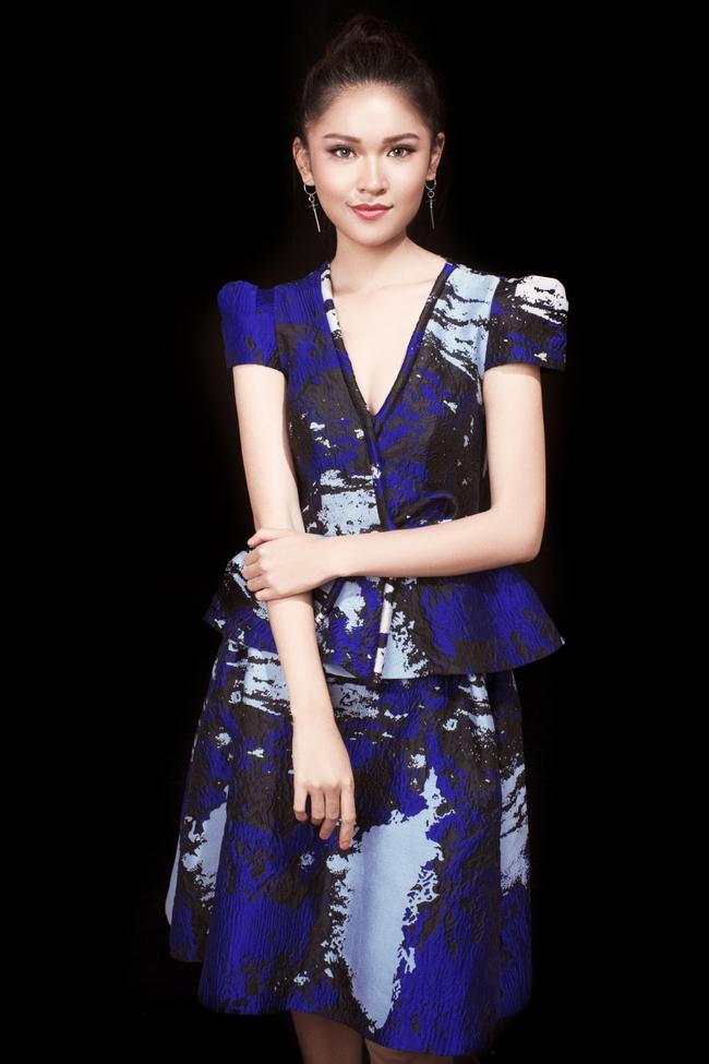 Á hậu Thùy Dung khoe vẻ đẹp bí ẩn bên hoa hồng trắng - Ảnh 6.