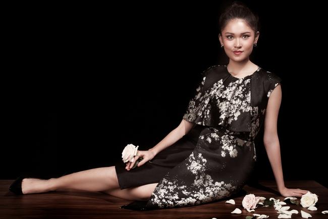 Á hậu Thùy Dung khoe vẻ đẹp bí ẩn bên hoa hồng trắng - Ảnh 8.