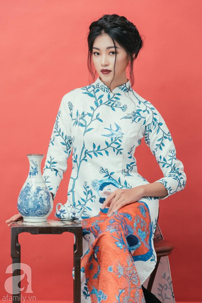 Rộn ràng không khí Tết cùng những thiết kế áo dài họa tiết đậm hương sắc ngày Xuân - Ảnh 9.