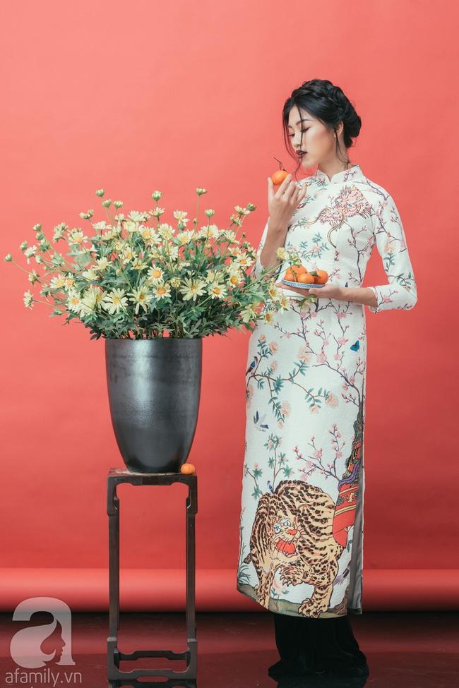 Rộn ràng không khí Tết cùng những thiết kế áo dài họa tiết đậm hương sắc ngày Xuân - Ảnh 15.