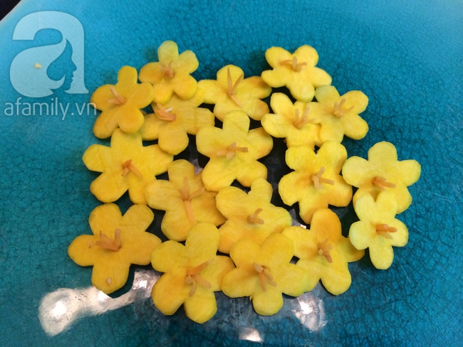 Để trang trí đĩa ăn ngày Tết đừng bỏ qua cách tỉa hoa siêu đơn giản sau đây! - Ảnh 3.