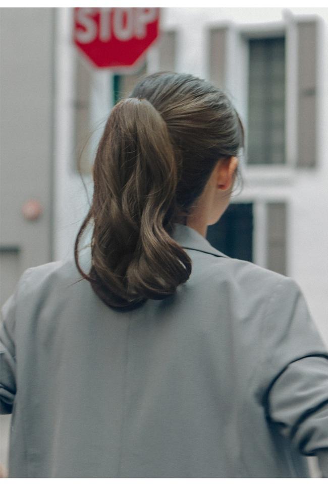 Những kiểu tóc cứu nguy cho ngày đầu bết vì mưa gió - Ảnh 3.