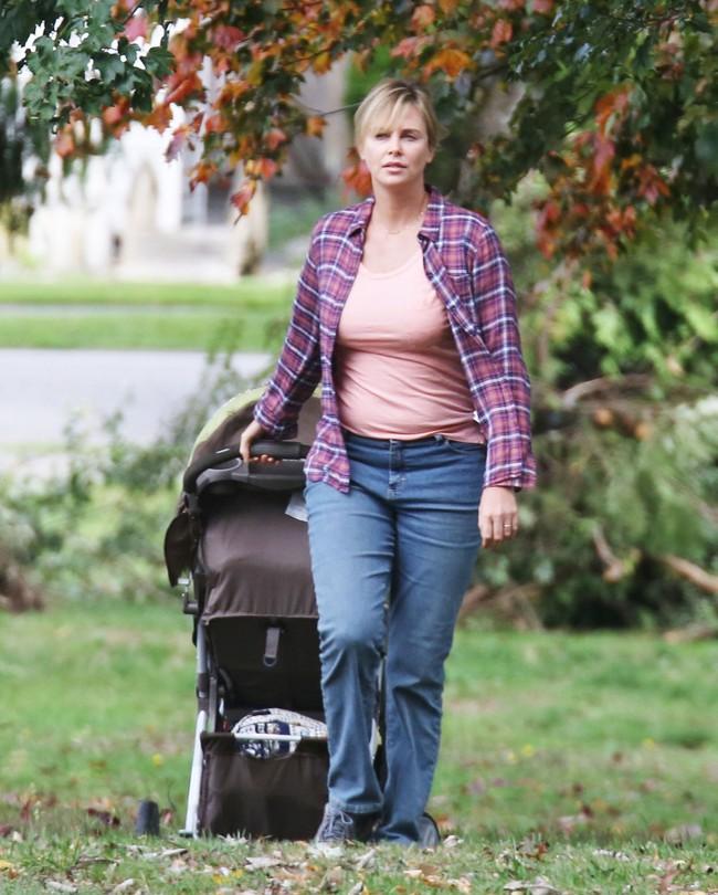 """Nữ diễn viên Charlize Theron đã giảm cân ngoạn mục thế nào sau khi đóng phim """"Monster""""? - Ảnh 1."""