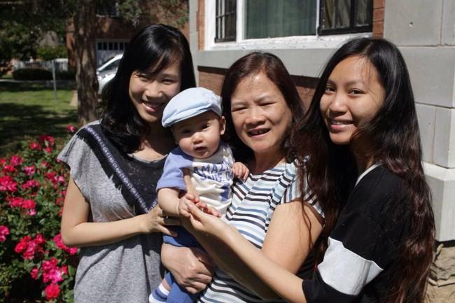Bà đi chăm cháu xuyên quốc gia: Ở đâu con cái hạnh phúc thì ở đó cũng có niềm vui của cha mẹ - Ảnh 3.