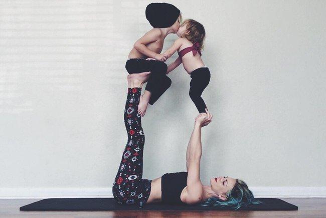 Ngẩn ngơ ngắm bộ ảnh 3 mẹ con cùng tập yoga đang gây bão Instagram - Ảnh 2.