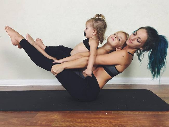 Ngẩn ngơ ngắm bộ ảnh 3 mẹ con cùng tập yoga đang gây bão Instagram - Ảnh 14.