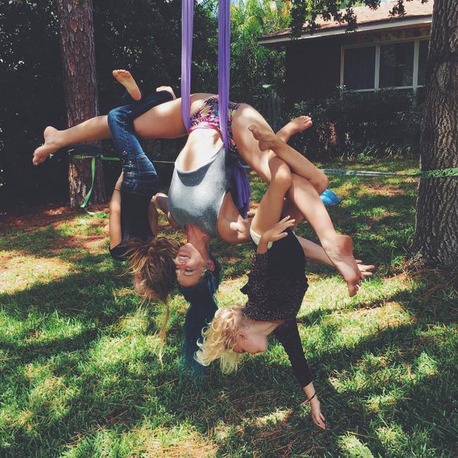 Ngẩn ngơ ngắm bộ ảnh 3 mẹ con cùng tập yoga đang gây bão Instagram - Ảnh 10.