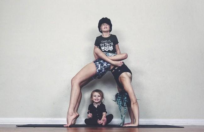 Ngẩn ngơ ngắm bộ ảnh 3 mẹ con cùng tập yoga đang gây bão Instagram - Ảnh 5.