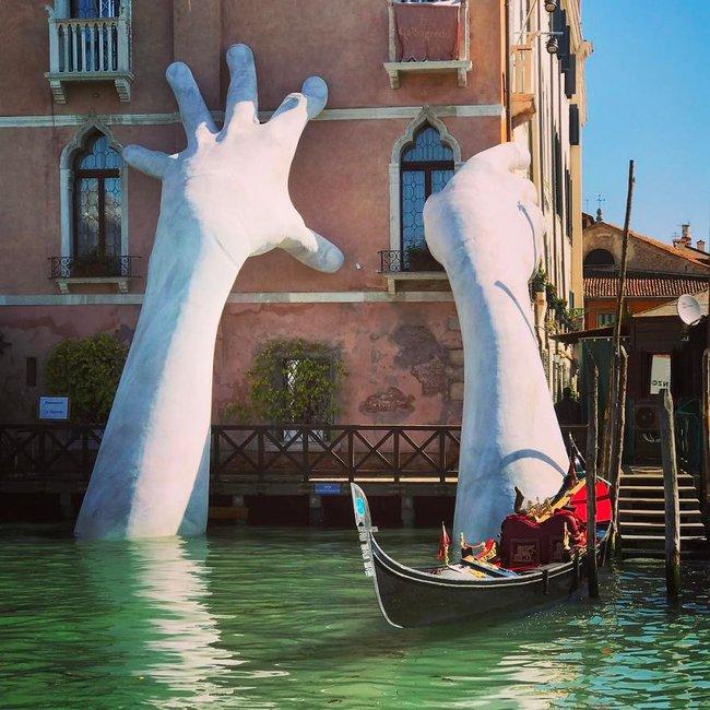 Đôi tay khổng lồ mọc lên từ mặt nước khiến ai đi qua cũng giật mình - Ảnh 7.