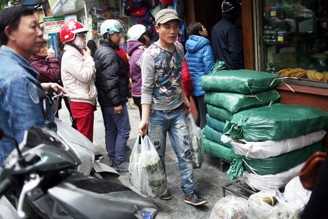 Hà Nội: Xếp hàng từ sáng tinh mơ để mua bánh chưng truyền thống về cúng Táo Quân - Ảnh 11.