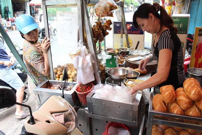 4 tiệm bánh mì hễ cứ mở bán là khách đứng vòng quanh đợi mua ở Sài Gòn - Ảnh 7.
