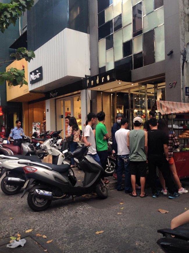 4 tiệm bánh mì hễ cứ mở bán là khách đứng vòng quanh đợi mua ở Sài Gòn - Ảnh 11.