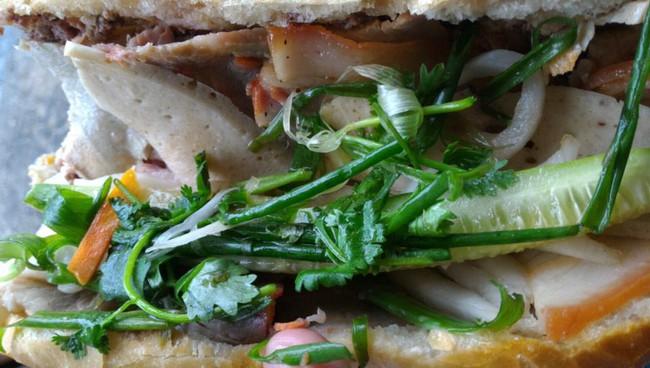 4 tiệm bánh mì hễ cứ mở bán là khách đứng vòng quanh đợi mua ở Sài Gòn - Ảnh 20.