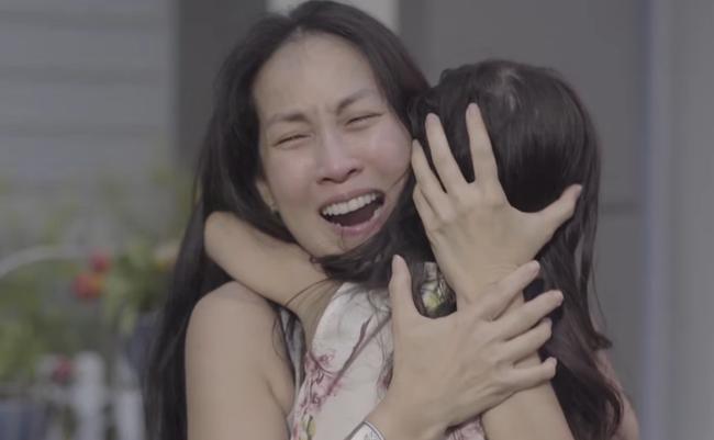Người mẹ vỡ òa hạnh phúc khi con gái trở về an toàn.