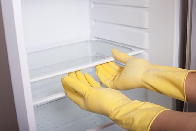Làm sạch mọi ngóc ngách của tủ lạnh cực nhanh chỉ với nguyên liệu siêu rẻ tiền - Ảnh 3.