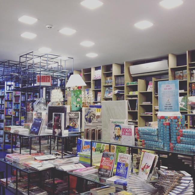 4 nhà sách đẹp mê ly, ở lì cả ngày không biết chán ở Sài Gòn - Ảnh 3.