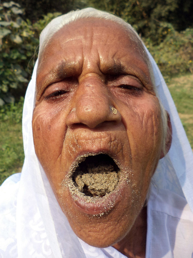 Bà cụ 78 tuổi ăn 2kg cát mỗi ngày suốt 6 thập kỷ qua - Ảnh 1.