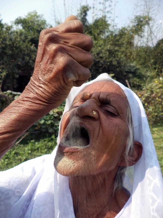 Bà cụ 78 tuổi ăn 2kg cát mỗi ngày suốt 6 thập kỷ qua - Ảnh 2.