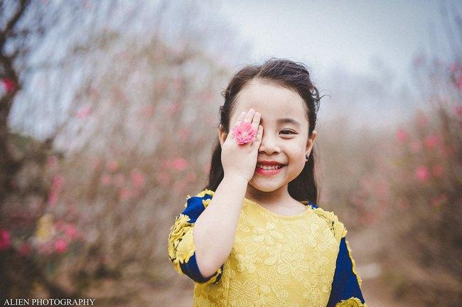 Khi các bé xúng xính trong tà áo dài ngày Tết, mẹ như thấy cả mùa xuân - Ảnh 22.