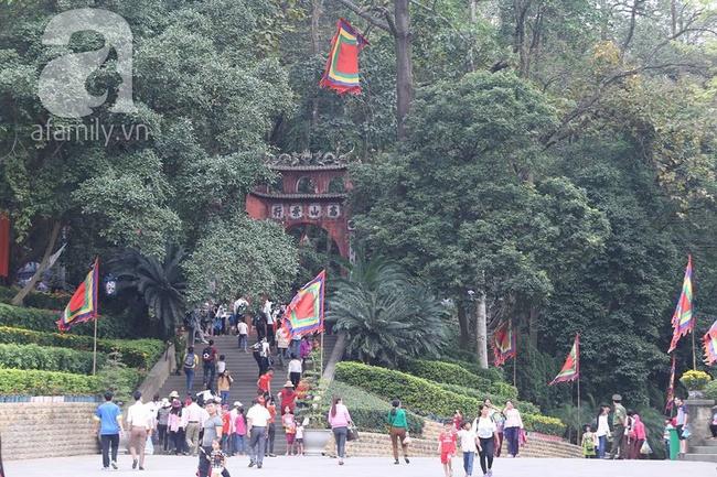Trước ngày khai hội Đền Hùng, lượng người về không đông như dự đoán - Ảnh 3.