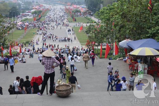 Trước ngày khai hội Đền Hùng, lượng người về không đông như dự đoán - Ảnh 2.