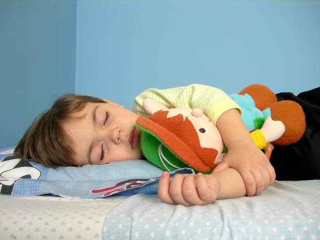 Giúp trẻ đi ngủ dễ dàng với 3 bài tập đơn giản - Ảnh 1.