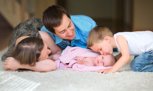 12 sự thật trần trụi sẽ chẳng ai kể cho bạn biết khi sinh con thứ hai - Ảnh 2.