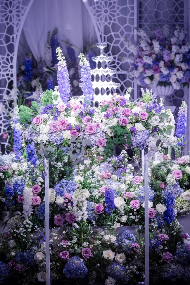 Đám cưới tiền tỷ sân khấu trải toàn hoa tươi nhập ngoại của cô dâu hoa khôi và chú rể Việt kiều - Ảnh 16.