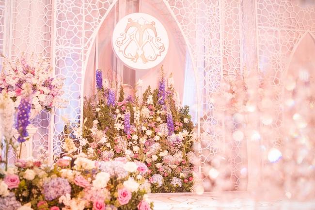 Đám cưới tiền tỷ sân khấu trải toàn hoa tươi nhập ngoại của cô dâu hoa khôi và chú rể Việt kiều - Ảnh 12.