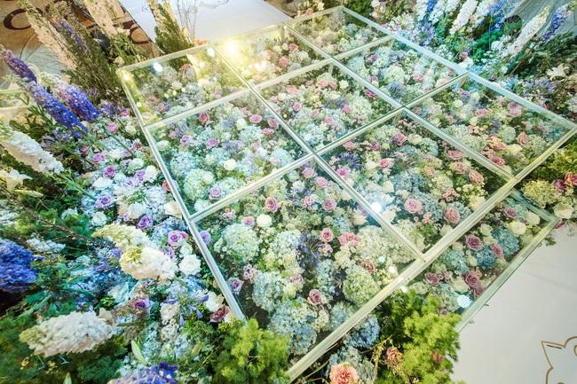 Đám cưới tiền tỷ sân khấu trải toàn hoa tươi nhập ngoại của cô dâu hoa khôi và chú rể Việt kiều - Ảnh 6.